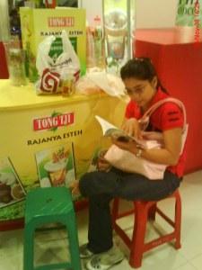 Saya duduk di kursi ijo itu.... di depan Yun yang lagi asyik baca buku saya! uhui!